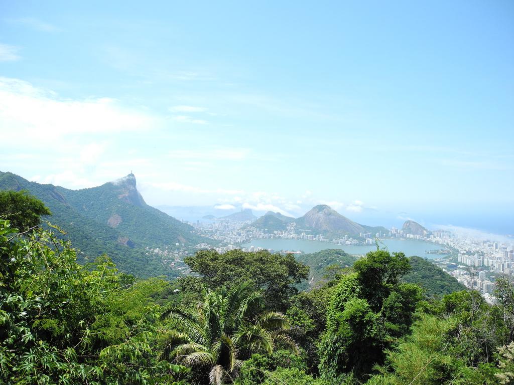 Parque Tijuca: Uno de los bosques urbanos más grandes del mundo, el Parque Nacional de Tijuca cubre un área enorme de un paisaje en su mayoría montañoso. Los visitantes pueden caminar a la cima más alta del Río, el Pico da Tijuca, para disfrutar de amplias vistas de la Bahía de Guanabara y de la ciudad abajo. Casi destruida a principios de 1800 por el avance de las plantaciones de café, gran parte del bosque fue replantado a la mano en la última mitad de siglo con hasta nueve millones de árboles.